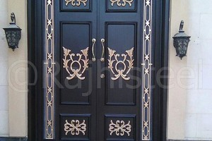 باب حديد مع ديكورات المنيوم